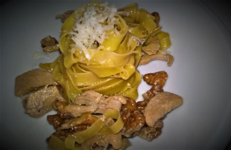 Pasta with chicken and walnuts
