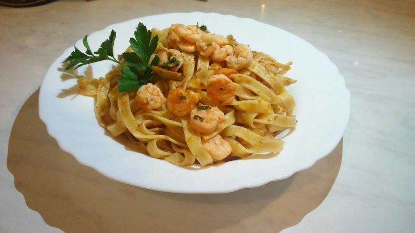 Tagliatelle with shrimps and pesto rosso