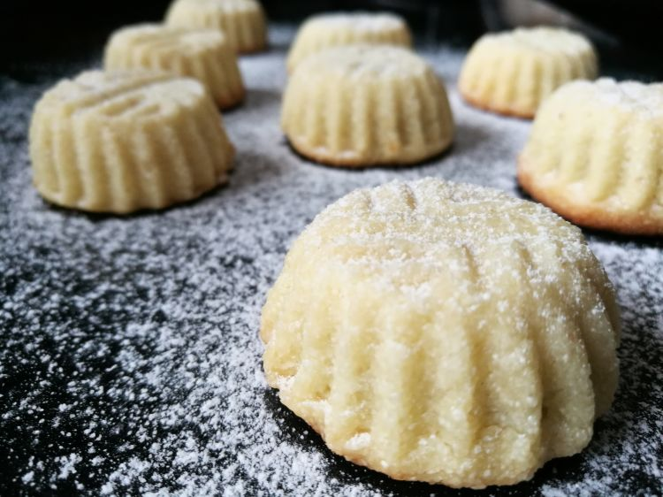 Mamoul (Date filled Semolina cookies)